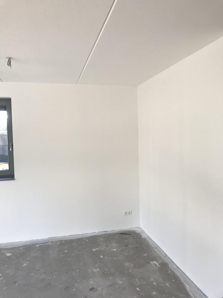 Muren geschuurd, renovliesbehang aangebracht en gesausd met latexverf