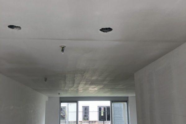 Woonkamer plafond gespoten met latexverf