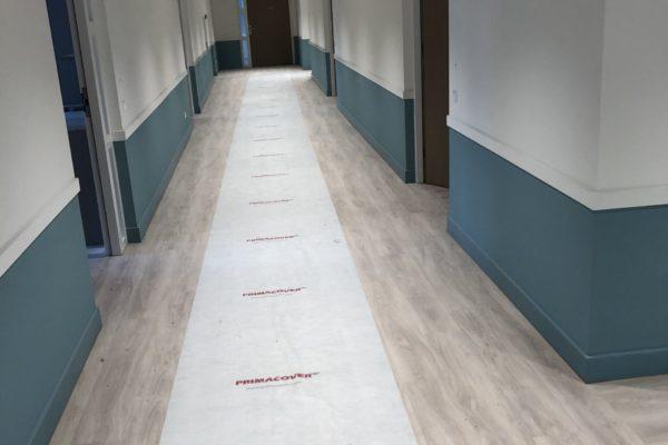 Gang verzorgingshuis voorzien van glasvlies en gesausd in 2 kleuren